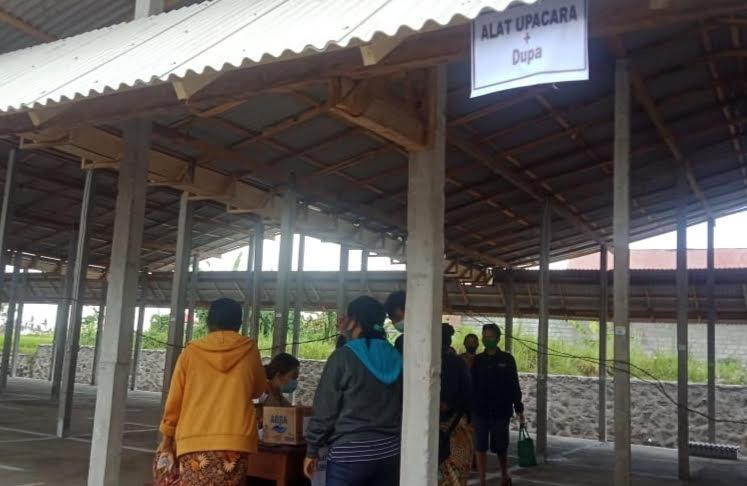PEDAGANG Pasar Sukawati mengambil nomor undian di relokasi Pasar Sukawati. Foto: adi