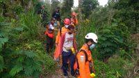PETUGAS Basarnas Bali mengevakuasi seorang pendaki Gunung Agung yang ditemukan selamat setelah sempat kelelahan saat berusaha turun dari gunung tertinggi di Bali itu. Foto: ist