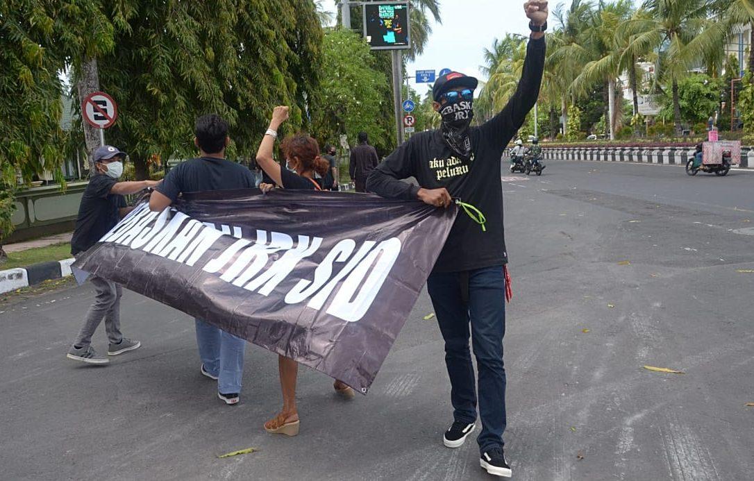 SEBAGIAN pendukung Jerinx saat melakukan aksi di PN Denpasar, Selasa (6/10/2020). Dalam putusan sela, eksepsi Jerinx ditolak oleh majelis hakim. Foto: gab