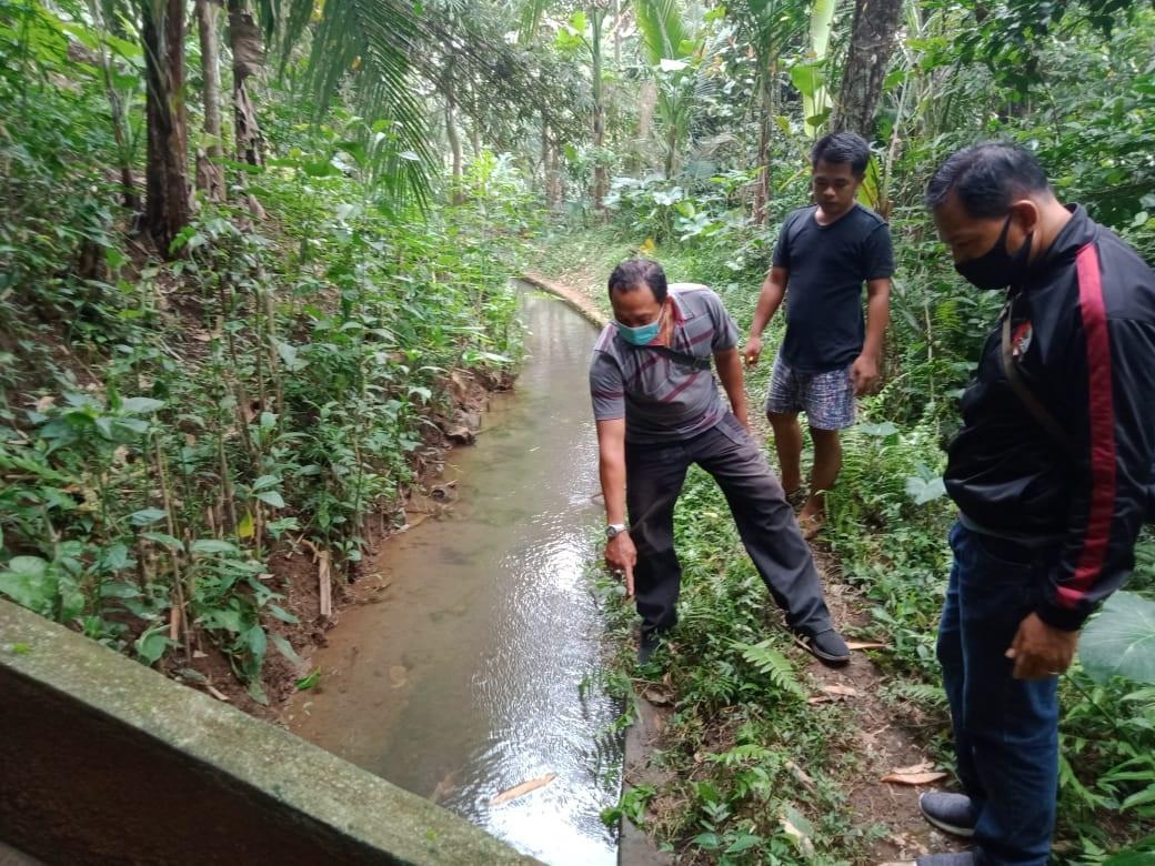 POLISI menunjukkan lokasi Made Deko (55), yang meninggal akibat jatuh di parit irigasi Subak Jero Gading, Minggu (25/10/2020) sore. Foto: gia