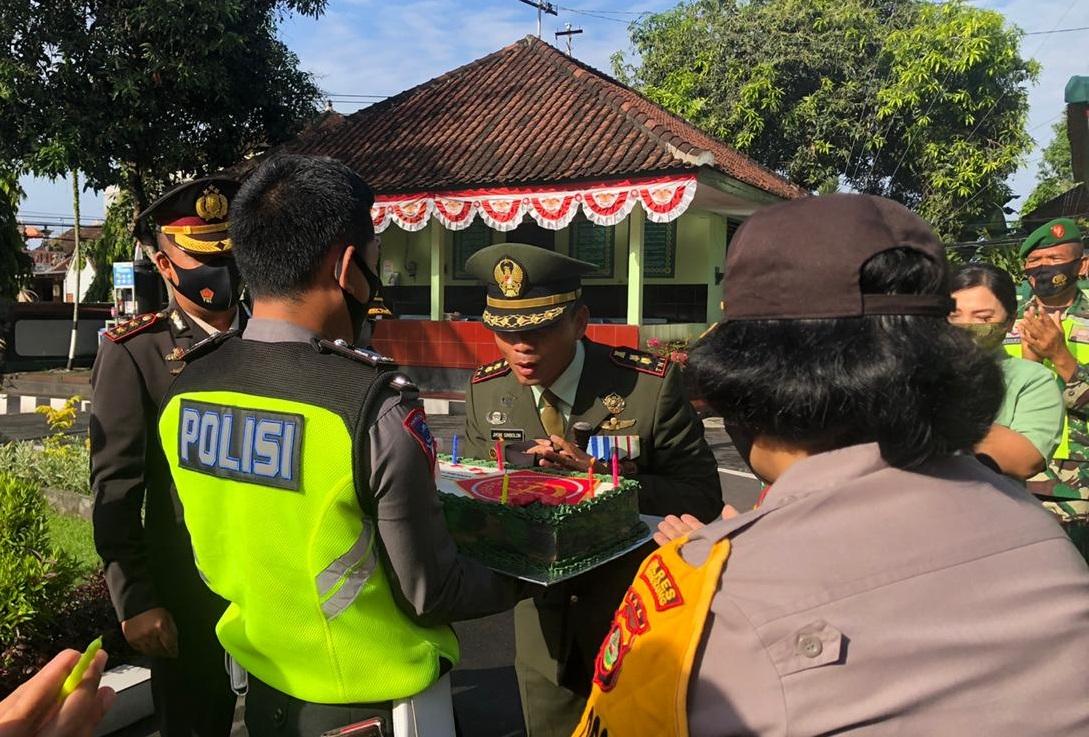 PERSONEL Polres Klungkung memberi kue ulang tahun ke Kodim 1610/Klungkung, Senin (5/10/2020). Foto: baw