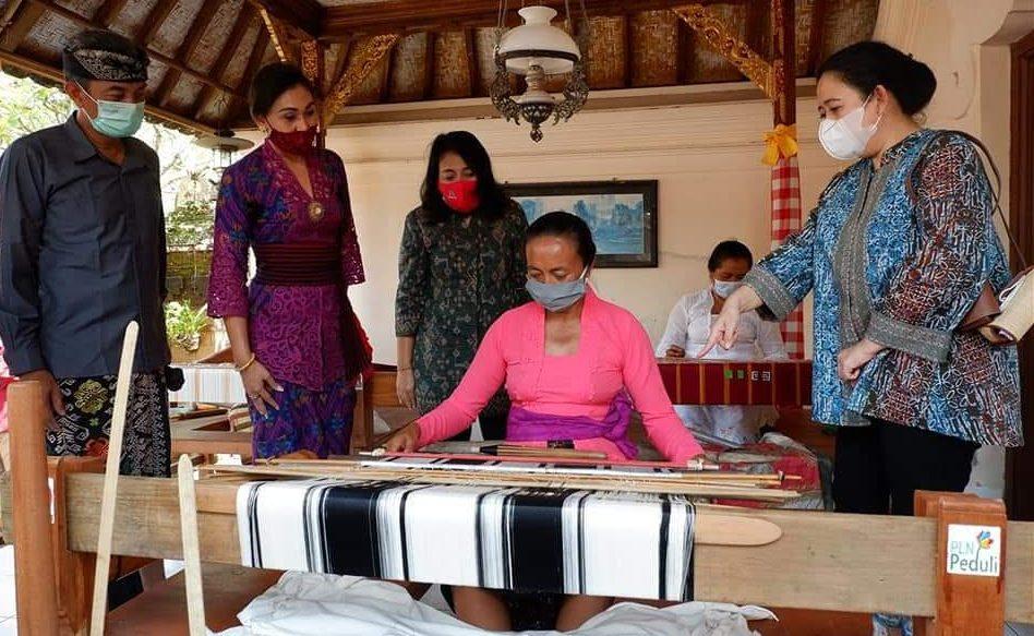 KETUA DPR RI, Puan Maharani; dan Menteri Pemberdayaan Perempuan dan Anak (PPA), Gusti Ayu Bintang Darmawati, melihat perajin kain tenun cagcag. Foto: adi