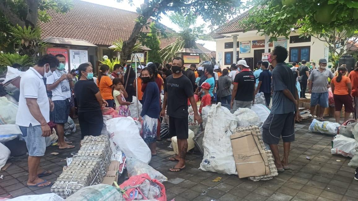 PENUKARAN sampah plastik di Desa Guwang, Sukawati, Gianyar. Foto: ist