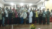 PULUHAN tokoh umat Hindu lintas organisasi yang menyatakan sikap untuk kompak menjaga dan merawat keberagaman serta kondusifitas daerah dalam Plkada Mataram 2020. Foto: rul
