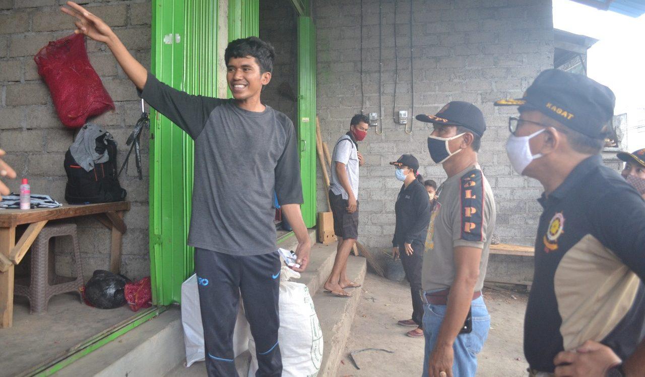 SATPOL PP Klungkung sidak pemakaian masker di Pasar Galiran Klungkung, Jumat (2/10/2020). Foto: baw