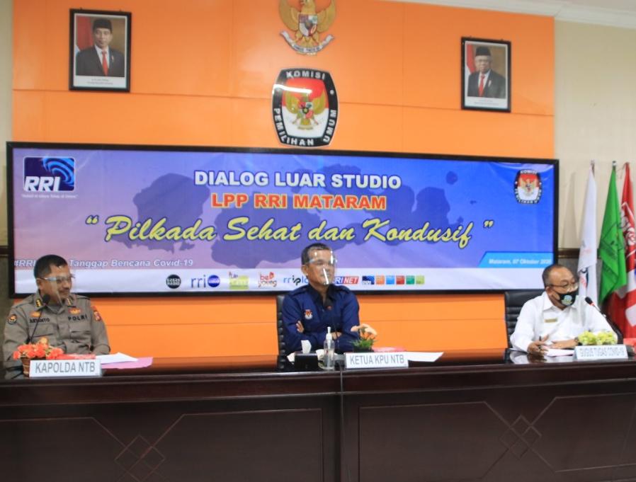 "SEKDA NTB, Lalu Gita Ariadi (kanan) menjadi narasumber dialog ""Pilkada Kondusif dan Sehat"" bersama Ketua KPU NTB dan Kabid Humas Polda NTB Kombes Pol Artanto (kiri). Foto: ist"