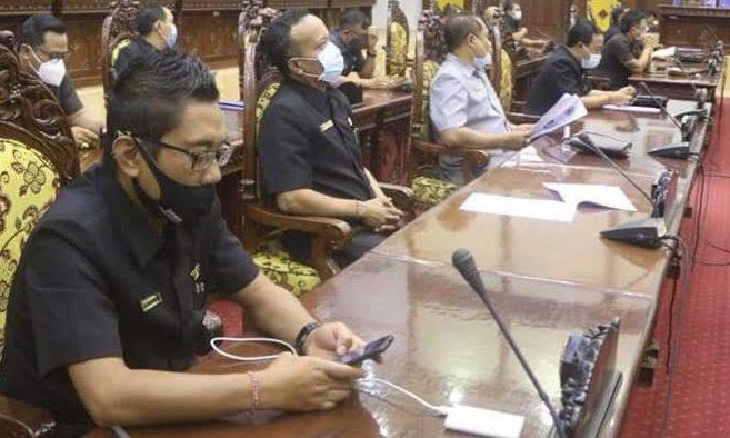 SIDANG paripurna dengan agenda Pemandangan Umum Fraksi terkait Penyampaian Pengantar Nota Keuangan RAPBD Kabupaten Gianyar Tahun 2021. Foto: adi