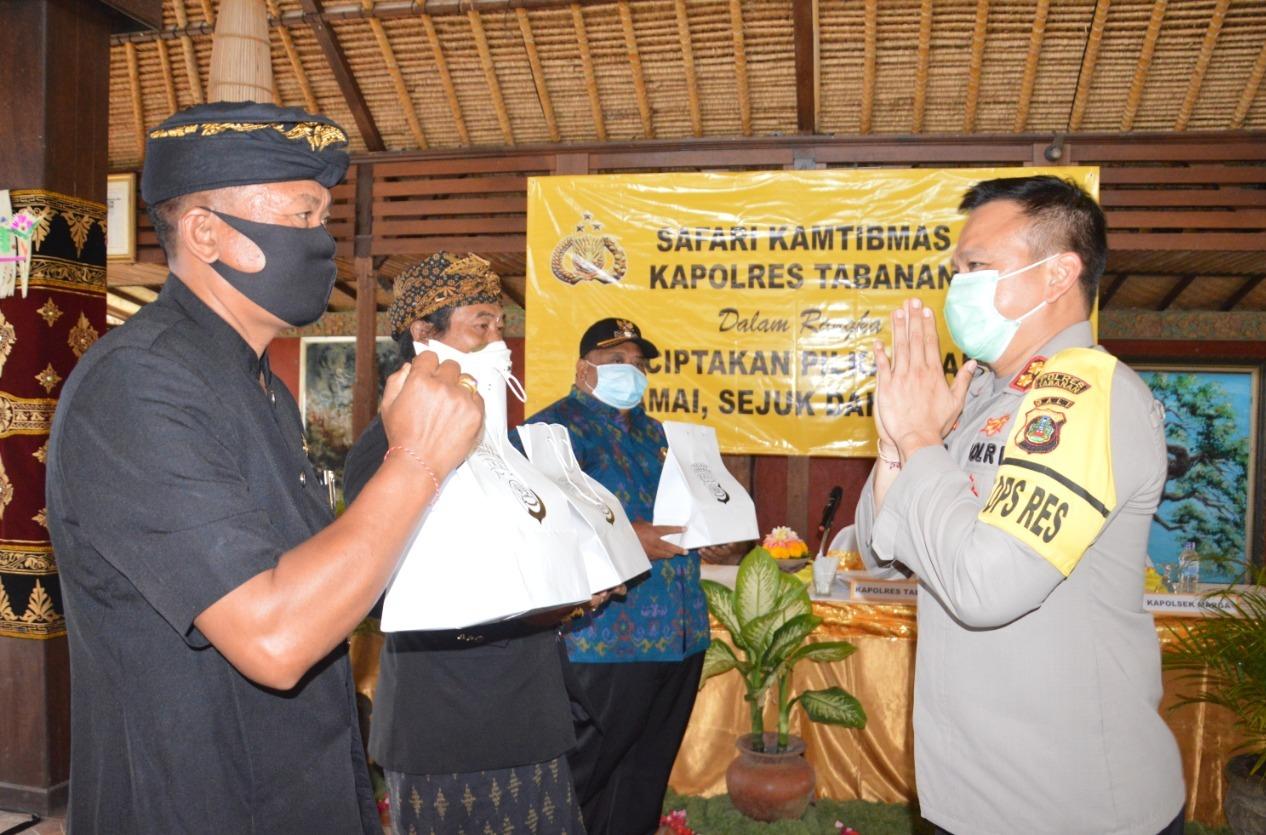 KAPOLRES Tabanan, AKBP Mariochristy Panca Sakti Siregar saat melaksanakan safari kamtibmas di Puri Taman Sari, Banjar Uma Abian, Desa Peken Belayu, Kecamatan Marga, Selasa (20/10/2020). Foto: ist