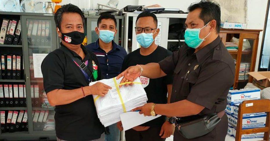 KOMISIONER KPU Tabanan, I Ketut Sugina, ketika mendistribusikan salinan DPT ke petugas PPS, di KPU Tabanan, Jumat (23/10/2020). Foto: gagah