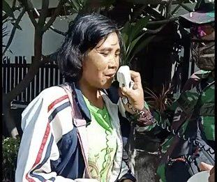 SEORANG warga yang kedapatan tidak memakai masker di Kelurahan Penatih diberi sanksi menghafal Pancasila, Kamis (1/10/2020). Foto: ist