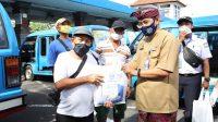 PENYERAHAN bantuan kelengkapan prokes pencegahan virus Corona kepada sopir angkutan umum di Terminal Ubung, Denpasar, Kamis (1/10/2020). Foto: ist