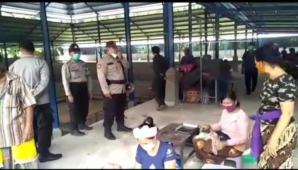 POLSEK Blahbatuh saat mendatangi tajen di areal Pura Musen, Banjar Blangsinga, Desa Saba, Blahbatuh.Foto: ist