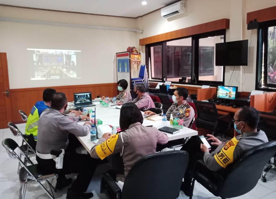 JAJARAN Polres Tabanan saat mengikuti rapat virtual dengan jajaran Dit. Lantas Polda Bali, di Ruang Command Center Polres Tabanan, Jumat (23/10/2020). Foto: gap