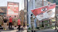 SATPOL PP Denpasar menurunkan baliho liar paslon Pilkada Denpasar di Jalan Hayam Wuruk, Denpasar, Senin (26/10/2020). Foto: gus hendra