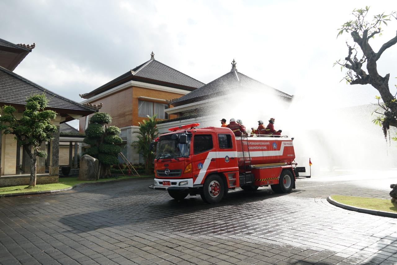 PERSONEL pemadam kebakaran menyemprotkan cairan disinfektan keseluruhan kawasan Puspem Badung termasuk di rumah jabatan Bupati Badung dan Wakil Bupati Badung, Kamis (1/10/2020). Foto: ist