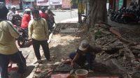 PERBAIKAN trotoar di Jalan Melati Denpasar, Minggu (25/10/2020). Foto: ist