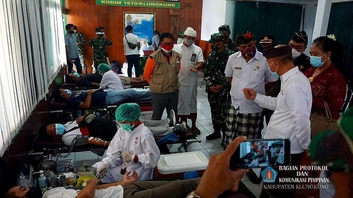 WABUP Kasta menghadiri kegiatan Donor Darah Terapi Plasma Convalesen di Kodim 1610/Klungkung, Kamis (1/10/2020). Foto: baw