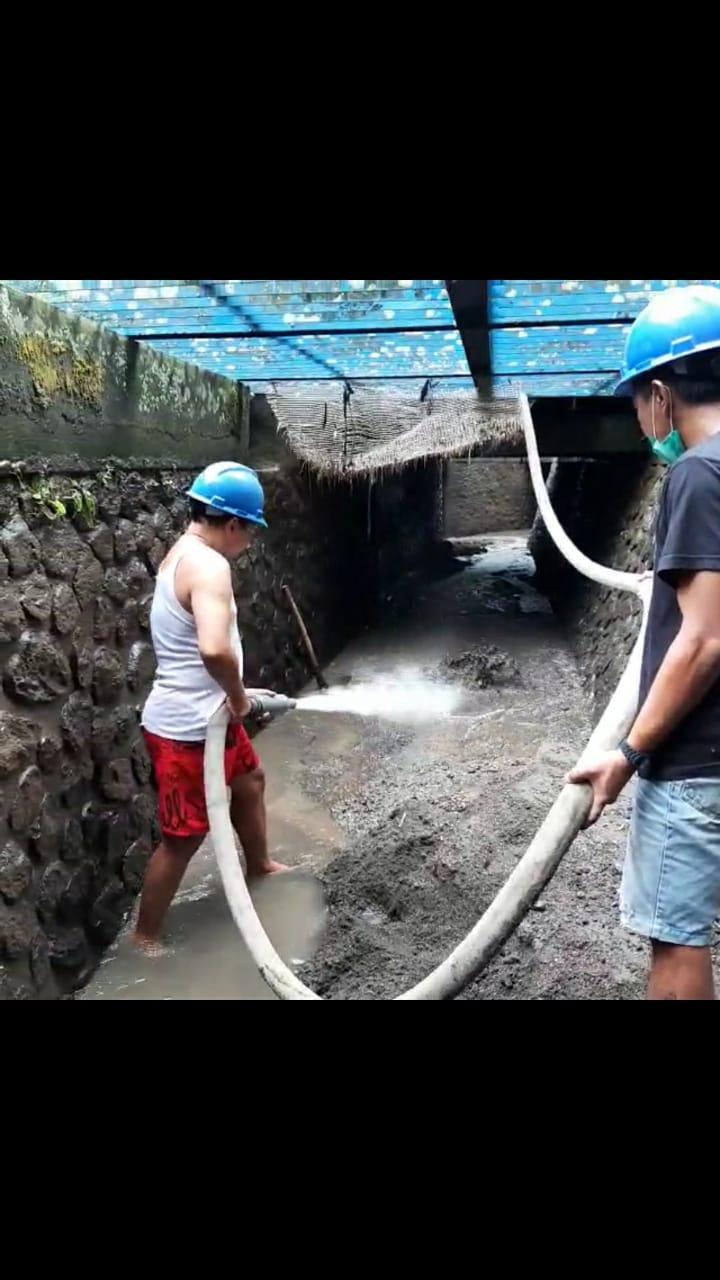 PEMBERSIHAN endapan material di saluran pengolahan air baku PDAM Tirta Mangutama. Foto: ist