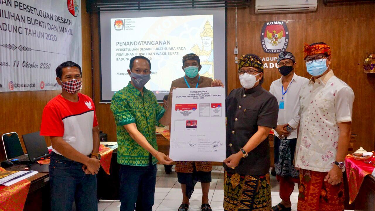 I Wayan Semara Cipta bersama Giri Prasta menunjukkan desain surat suara yang disetujui paslon Giriasa untuk dicetak, Minggu (11/10/2020). Foto: Ist