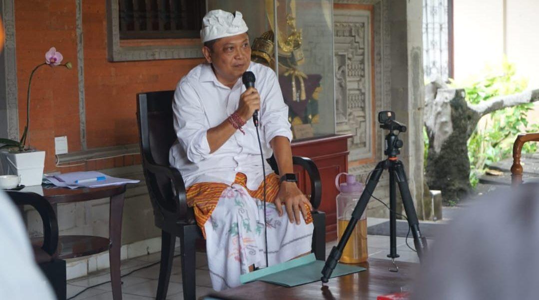 WALI KOTA Rai Mantra sebagai pembicara dalam acara Dharma Tula melalui webinar yang diselenggarakan keluarga besar Hindu Dharma Pascasarjana Universitas Gadjah Mada (UGM) Yogyakarta, di kediaman Wali Kota Denpasar, Sabtu (10/10/2020). Foto: ist