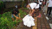 AKSI sosial bersih-bersih yang dilaksanakan Relawan Jaya Wibawa (RJW) bersama Relawan Semeton Jaya Wibawa (Sejiwa) Denpasar Timur, Minggu (25/10/2020) di bantaran Kali Waribang di depan Setra Kesiman di Jalan Waribang, Kesiman Petilan, Denpasar Timur. Foto: ist