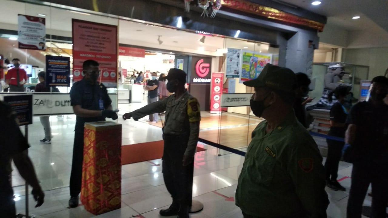 DESA Dauh Puri Kelod menggelar patroli wilayah untuk meningkatkan disiplin penerapan prokes. Foto: ist