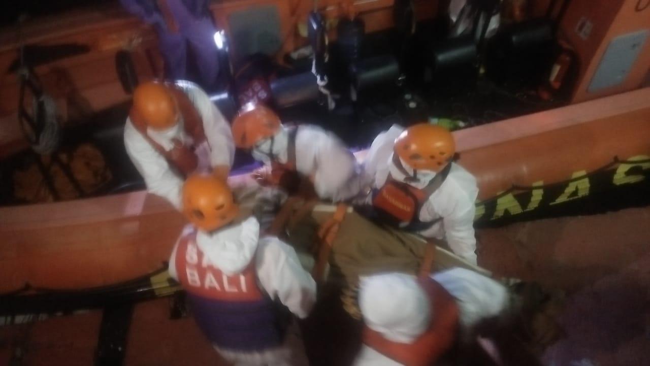 PROSES evakuasi di tengah laut yang dilakukan petugas Basanas Bali terhadap nahkoda Kapal Star Gina 2 GR, Geneper Oledan (50). Foto: ist