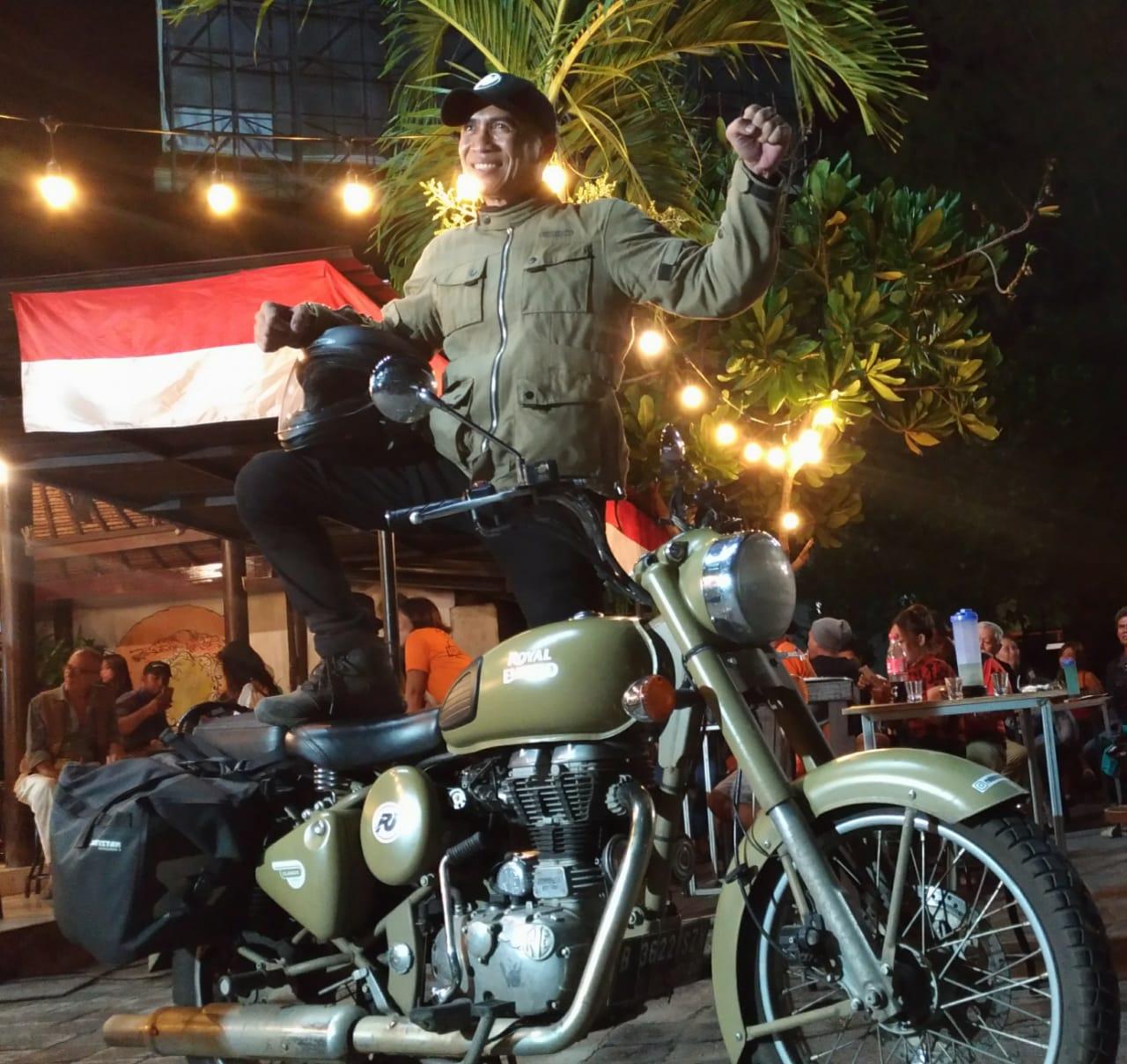 ROBINSON Telaumbanua berdiri diatas motor yang dipergunakan berwisata Jawa-Bali. Foto: ist