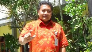 KEPALA SMPN 10 Denpasar, I Wayan Sumiara. Foto: tra