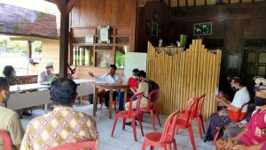 Pjs Bupati Karangasem, Wayan Serinah; bersama OPD terkait, bertemu langsung dengan para perajin arak di Sibetan. Foto: nad