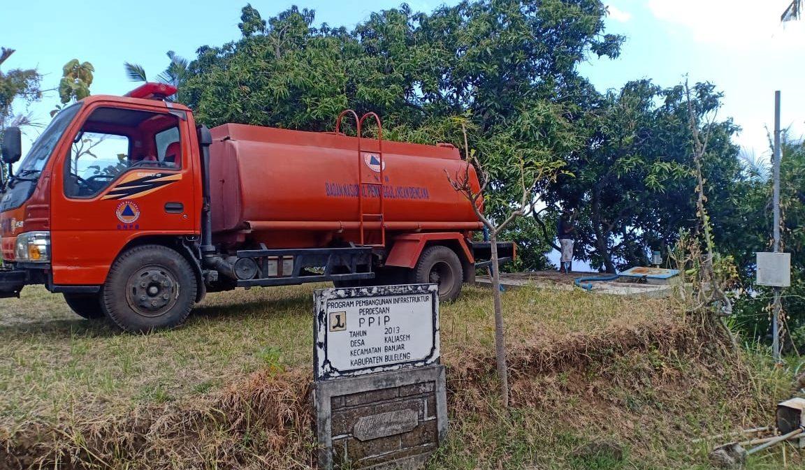 TRUK tangki BPBD Buleleng saat mengirim air bersih ke beberapa desa yang mengalami kekeringan. Foto: ist