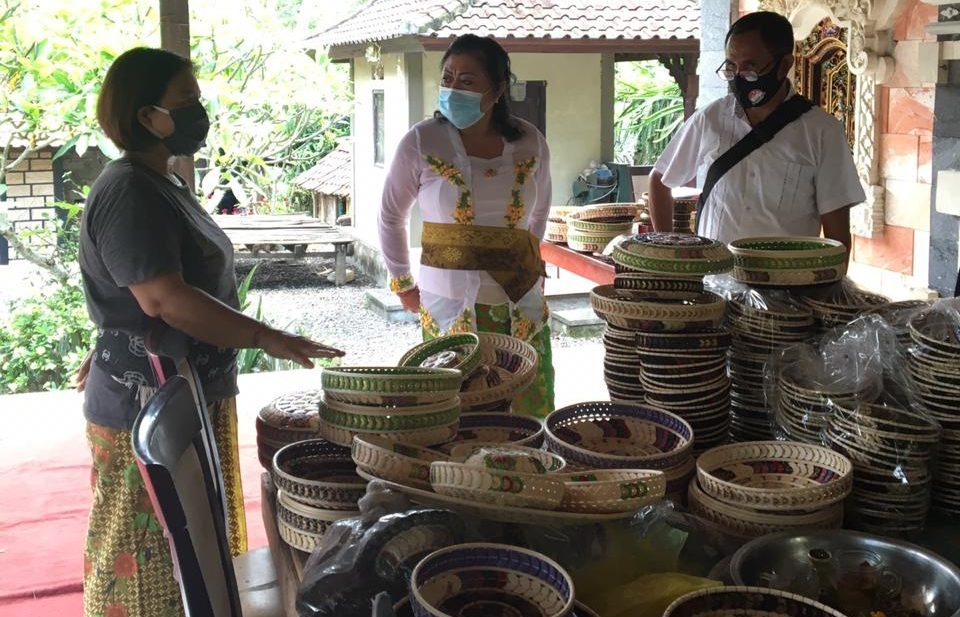 IGA Mas Sumatri saat kampanye di Kecamatan Abang, Rabu (14/10/2020). Selain berharap Sumatri menang dan melanjutkan ke periode kedua, warga juga minta akses modal dan pemasaran produk kerajinan batok kelapa. Foto: Ist