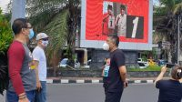 KETUA KPU Bali, I Dewa Agung Gede Lidartawan (baju hitam) saat monitoring APK yang difasilitasi KPU Denpasar di simpang enam Jalan Teuku Umar, Denpasar, Jumat (23/10/2020). Foto: gus hendra