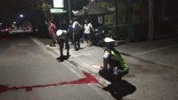 POLISI melakukan olah TKP di lokasi kejadian lakalantas tunggal di jalur Desa Kaliasem, yang menewaskan seorang THL pengangkut sampah DLH Buleleng. Foto: ist