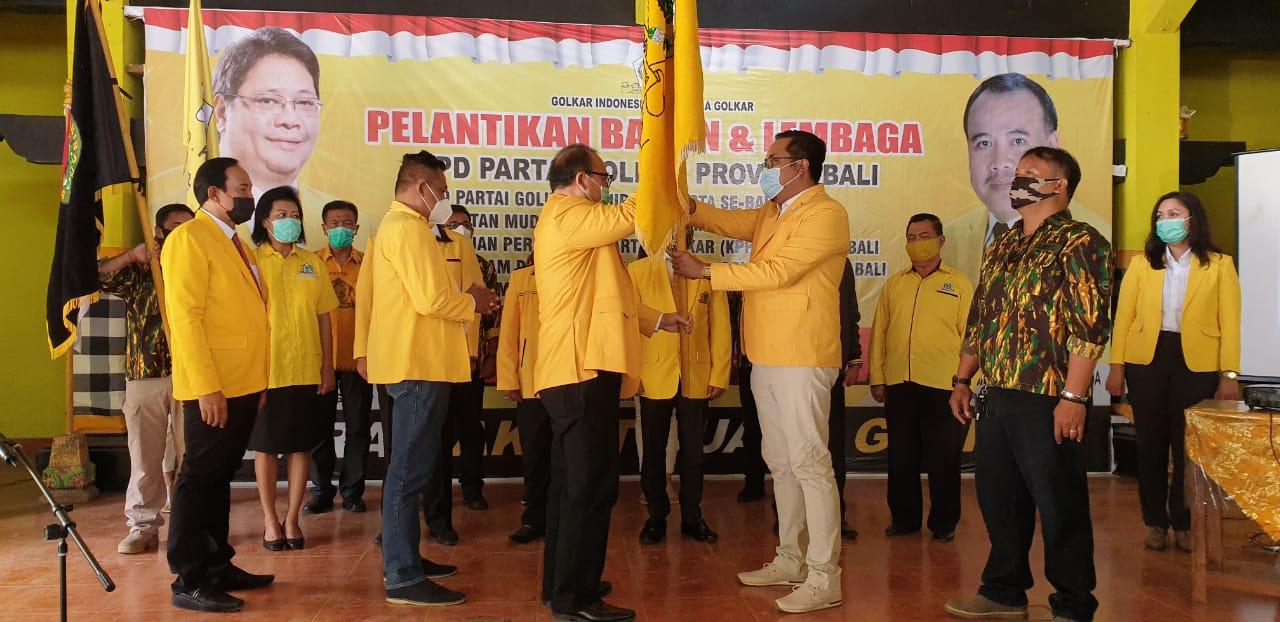 SUGAWA Korry melantik struktural pengurus DPD II dan ormas Golkar di aula DPD Partai Golkar Bali, Rabu (7/10/2020). Foto: gus hendra
