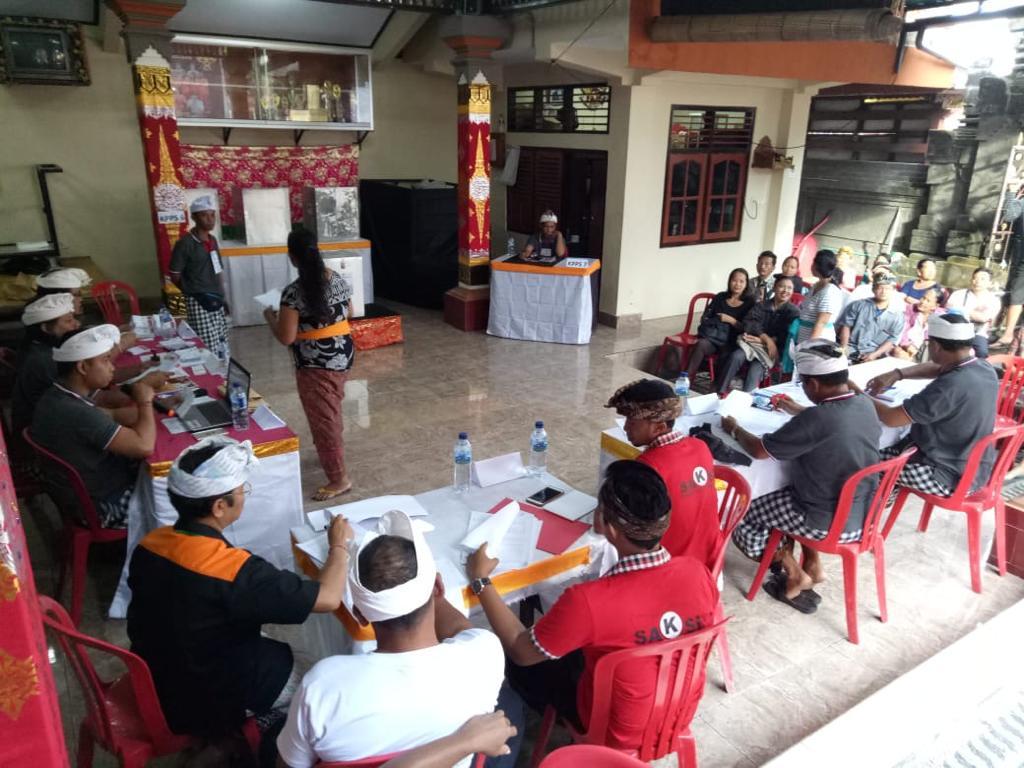 PROSES pemungutan suara di salah satu TPS di Kerobokan, Kuta Utara, Badung saat Pilkada Bali 2018. KPPS akan mendatangi warga yang tidak bisa datang ke TPS dengan membawa kotak suara ke rumahnya. Foto: gus hendra