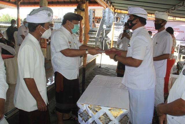 BUPATI Jembrana, I Putu Artha, saat menghadiri pengukuhan Bendesa Desa Adat Budeng, Rabu (7/10/2020). Foto: ist
