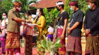 WABUP Kasta menyerahkan hadiah kepada pemenang lomba di halaman Museum Semarajaya, Senin (12/10/2020). Foto: ist