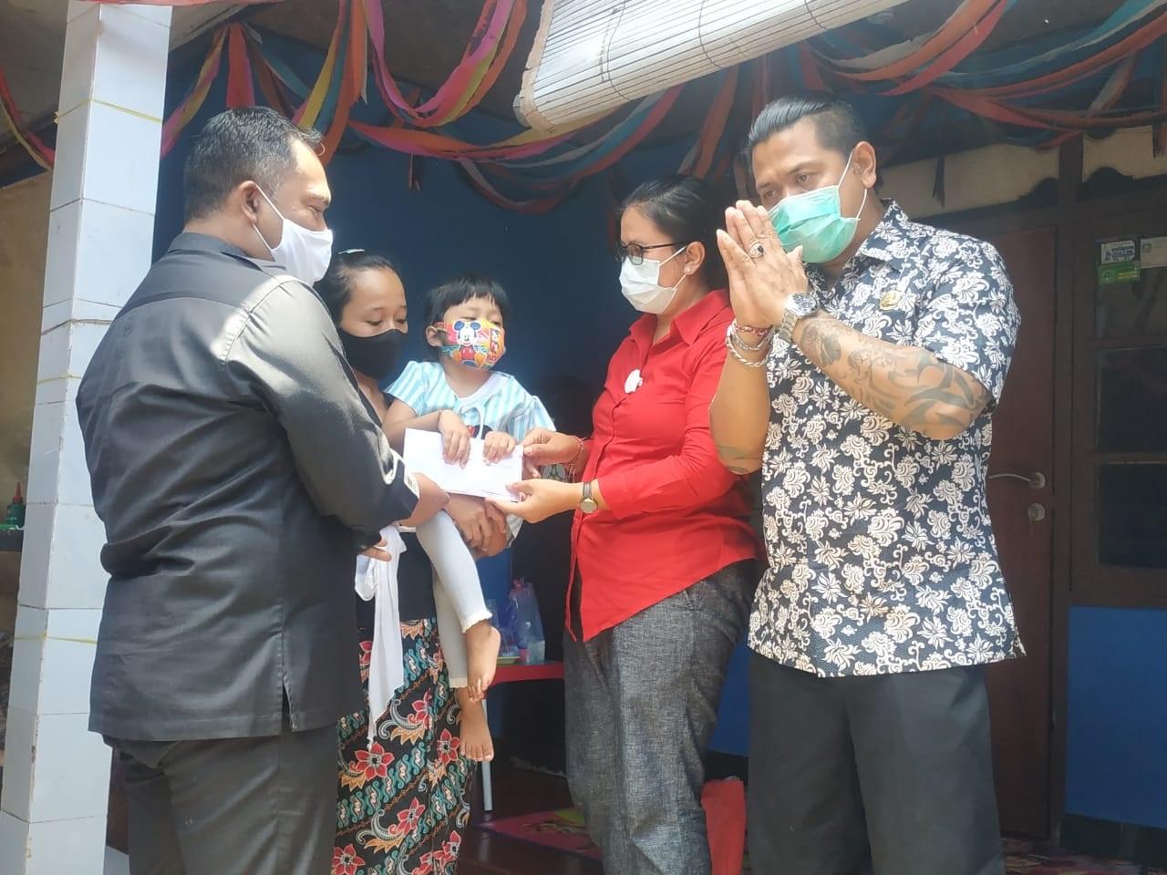 PENYERAHAN bantuan kepada Putu Shakila Algina (5 tahun) di Banjar Taman Sari, Desa Pandak Gede, Kecamatan Kediri, Tabanan, Selasa (13/10/2020). Foto: ist