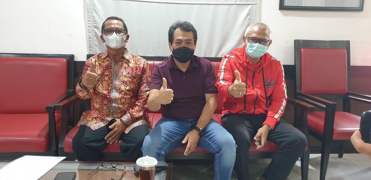 """COKORDA Gede Agung, IGN Kesuma Kelakan dan Ketut """"Boping"""" Suryadi usai rapat pleno membahas usulan pemecatan Made Gianyar di DPD PDIP Bali, Senin (12/10/2020). Foto: gus hendra"""