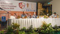 JOHN Darmawan saat memberi materi dalam rapat kerja dan diseminasi riset Pilkada Denpasar 2020 di Sanur, Selasa (27/10/2020). Foto: gus hendra