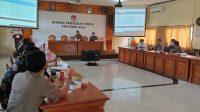 RAPAT membahas logistik Pilkada 2020 di KPU Bali, Rabu (21/10/2020). Foto: gus hendra