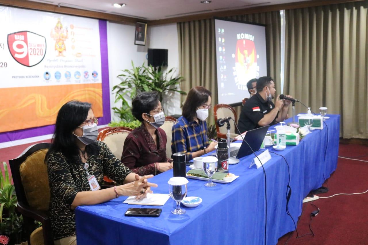 KOMISIONER KPU Denpasar didampingi komisioner KPU Bali saat memberi pengarahan dalam Bimtek Laporan Dana Kampanye pada Pilkada Denpasar 2020, Rabu (21/10/2020). Foto: gus hendra