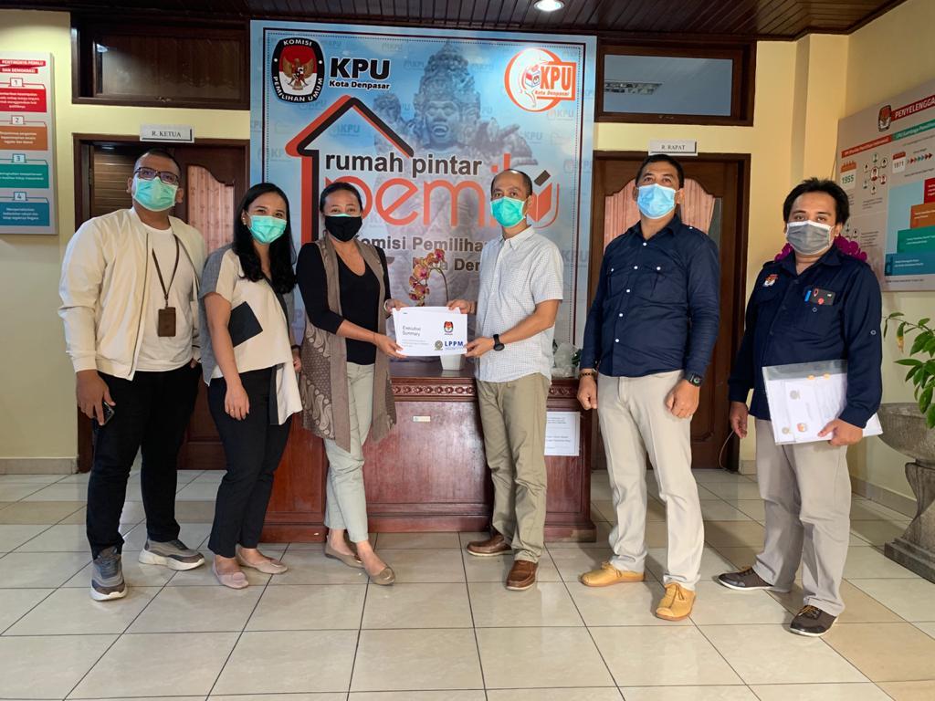 KADEK Dwita Apriani (dua kiri) saat menyerahkan hasil riset LPPM Unud terkait media informasi Pilkada Denpasar kepada KPU Denpasar, Rabu (14/10/2020). Foto: gus hendra