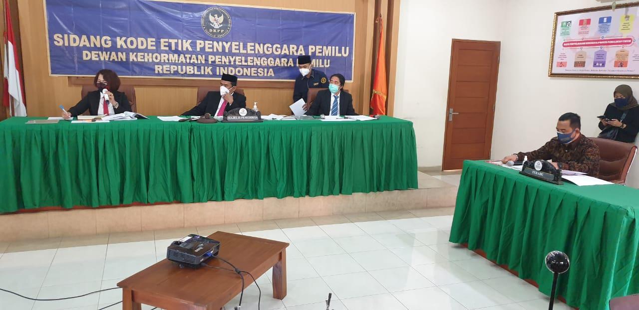 SIDANG DKPP oleh Tim Pemeriksan Daerah atas teradu Ketua KPU Karangasem, I Gde Krisna Adi Widana, di kantor Bawaslu Bali, Selasa (6/10/2020). Foto: gus hendra