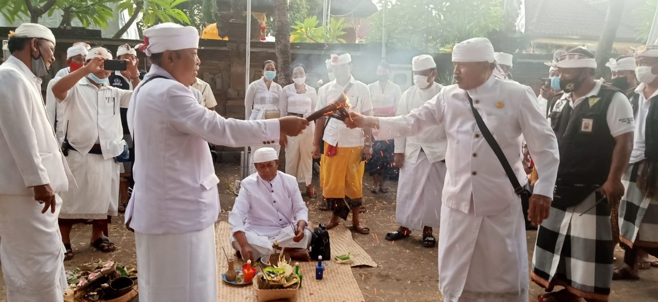 SUASANA siat geni yang divisualisasikan dengan perang dupa di Desa Adat Tuban, Kuta, Badung, bertepatan Purnama Kapat, Kamis (1/10/2020). Foto: gay