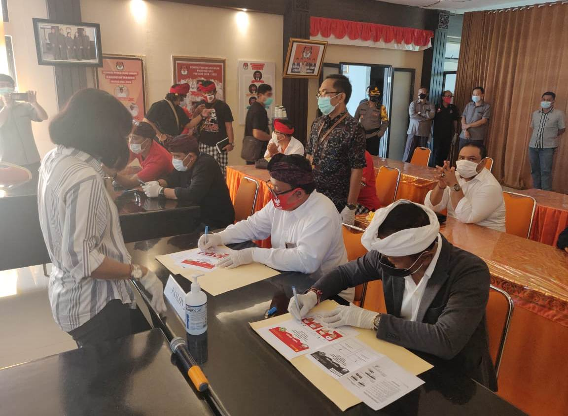 RAPAT pleno KPU Tabanan memutuskan dan menetapkan desain surat suara serta alat bantu coblos tunanetra Pilkada Tabanan 2020, dilanjutkan penandatanganan oleh masing-masing paslon, Selasa (13/10/2020). Foto: gagah