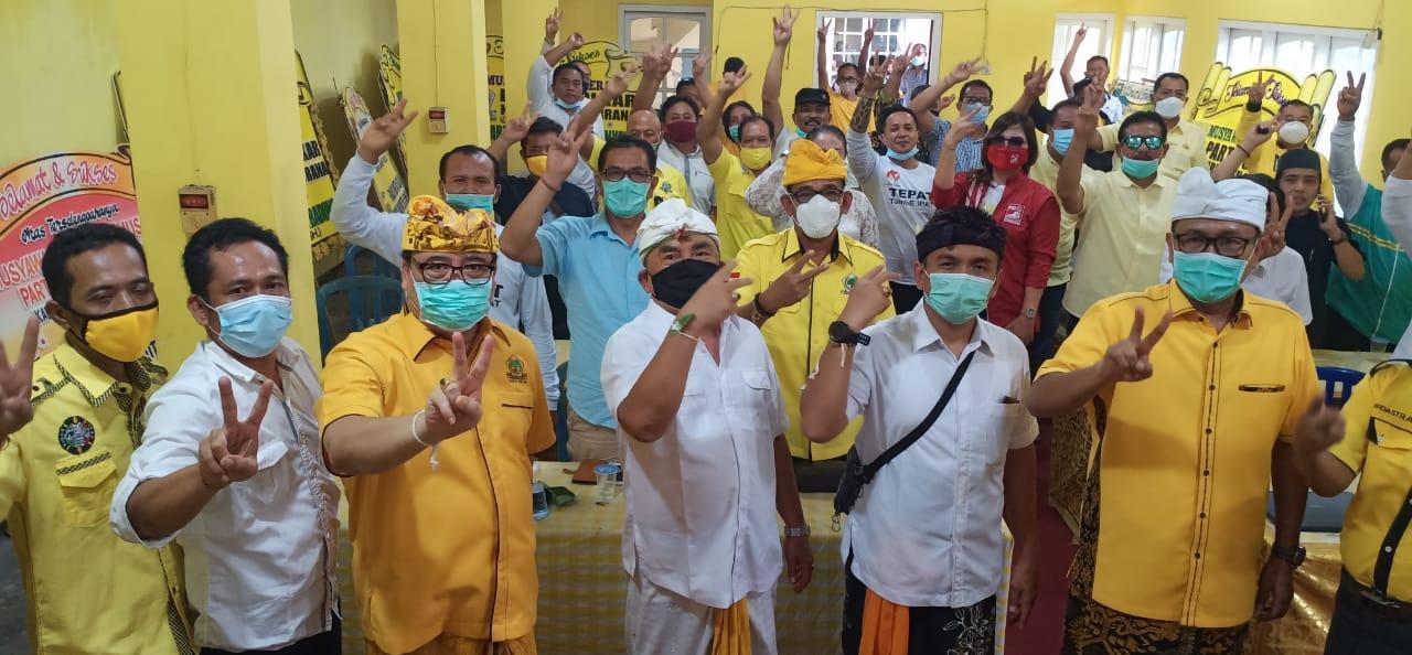 SUGAWA Korry bersama paslon Pilkada Jembrana nomor urut 2, Tamba-Ipat, dan tim pemenangan usai rapat konsolidasi di kantor DPD Partai Golkar Jembrana, Minggu (11/10/2020). Foto: Ist