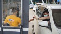 PENGGUNA jasa penyeberangan saat menunjukkan tiket online di Tol Gate Pelabuhan Gilimanuk, Jembrana. Foto: man