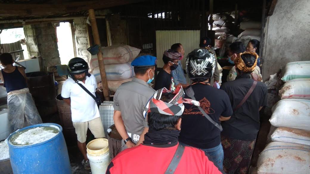 SIDAK di pabrik tahu di wilayah Kelurahan Bitera, Gianyar. Foto: adi